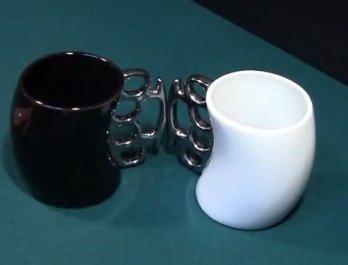 Белая и черная кружка-кастет