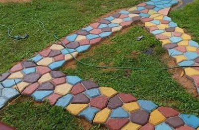 Разноцветная садовая дорожка