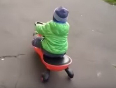Ребенок катается на бибикар